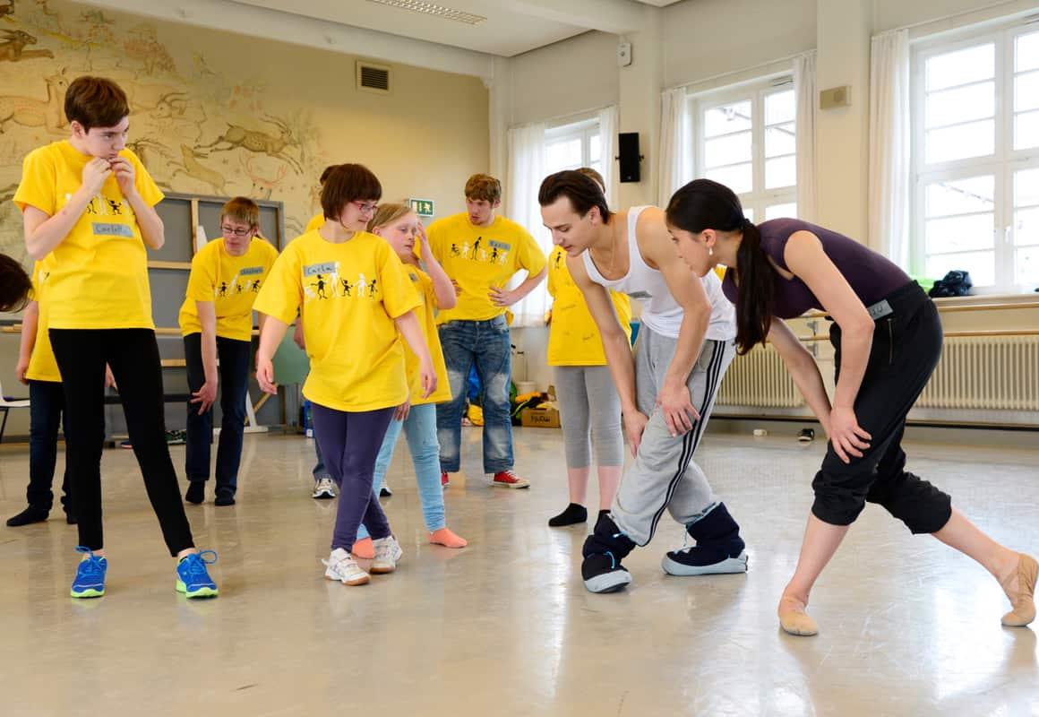 Kinder und Jugendliche von den integrativen Gruppen des TV Schiefbahn trainieren mit dem Bundesjugendballett.