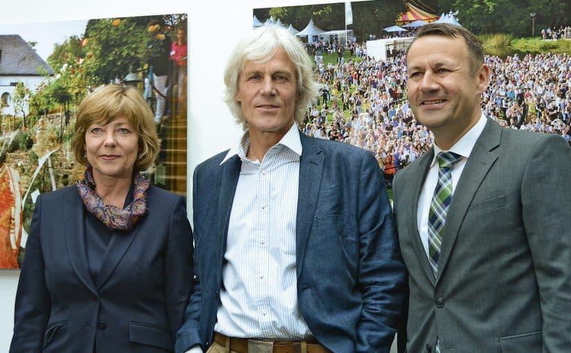 Daniela Schadt, Lebensgefährtin des Bundespräsidenten Joachim Gauck, mit  Fotograf Christian Irrgang (l.) und Eberhard Sautter, Vorstandsvorsitzender der HanseMerkur.