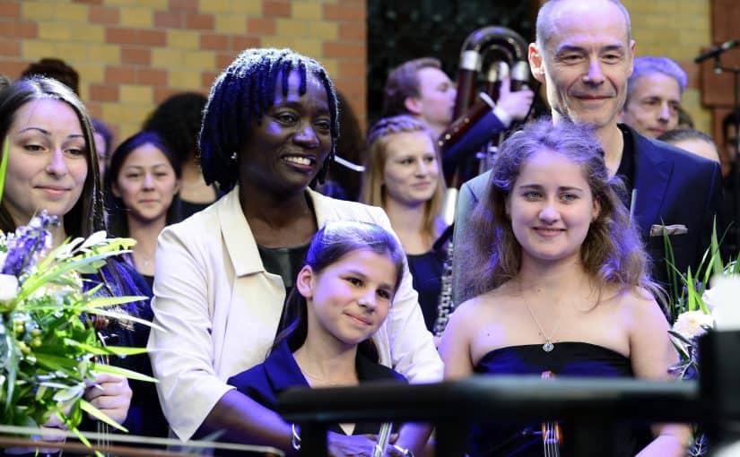 Auma Obama zwischen den Sängerinnen und Sängern des MJO