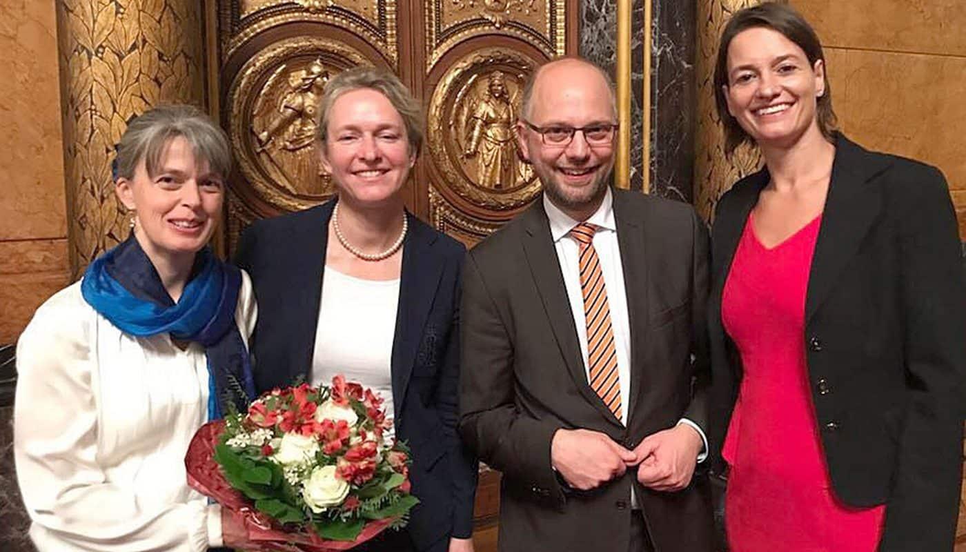 Birte Hesselbarth, Anja Knopp sowie Dr. Beatrice Züll mit Justizsenator Dr. Till Steffen ei der Preisverleihung