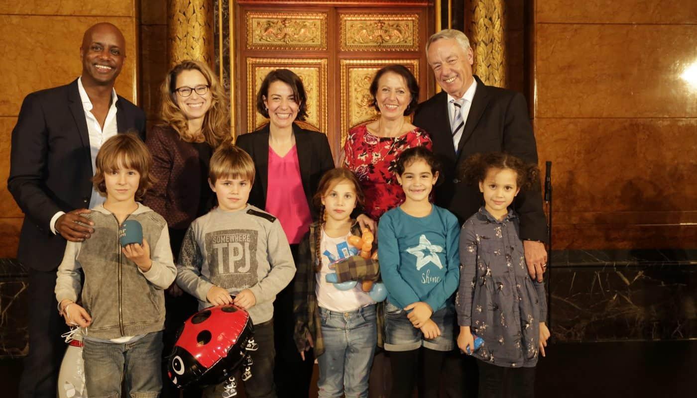 Festakt im Hamburger Rathaus, v.l.n.r:Yared Dibaba, Carola Veit, Julia Wšhlke, Gaby Wšhlke, Cord Wšhlke mit Kindern aus den Projekten